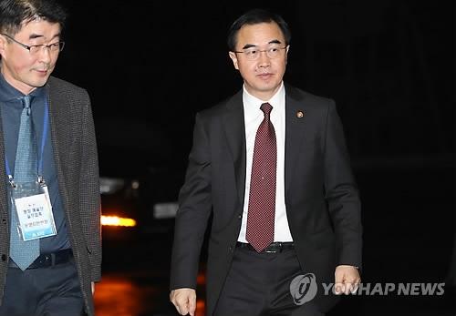 1月15日上午,在首尔市钟路区的南北会谈本部,赵明均为即将前往边境的韩方代表团送行。(韩联社)