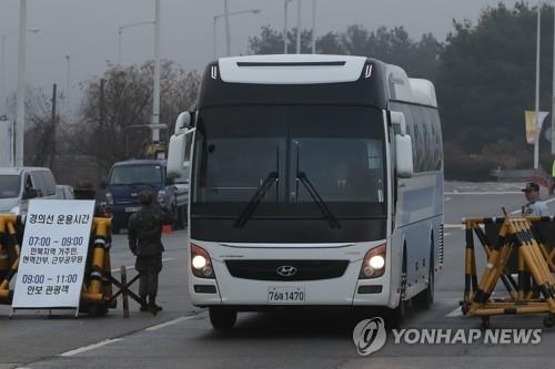 1月15日,在京畿道坡州市,韩方代表团乘坐的巴士通过统一大桥开往板门店。(韩联社)
