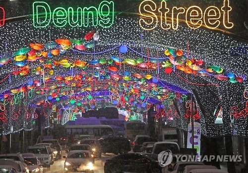 资料图片:华川鳟鱼节仙灯街(韩联社)