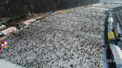 资料图片:1月14日,华川鳟鱼节人如潮涌盛况空前。(韩联社/华川郡政府提供)