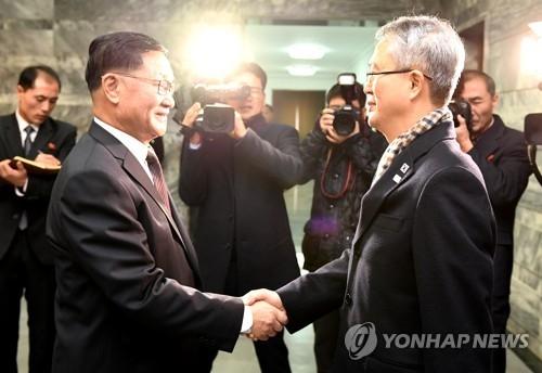 1月15日上午,在板门店统一阁,韩方首席代表李宇盛(右)和朝方首席代表权赫奉握手致意。(韩联社/统一部提供)