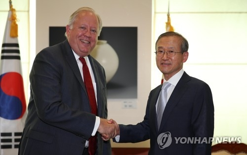资料图片:2017年6月14日上午,在韩国外交部,林圣男(左)与香农握手。(韩联社)