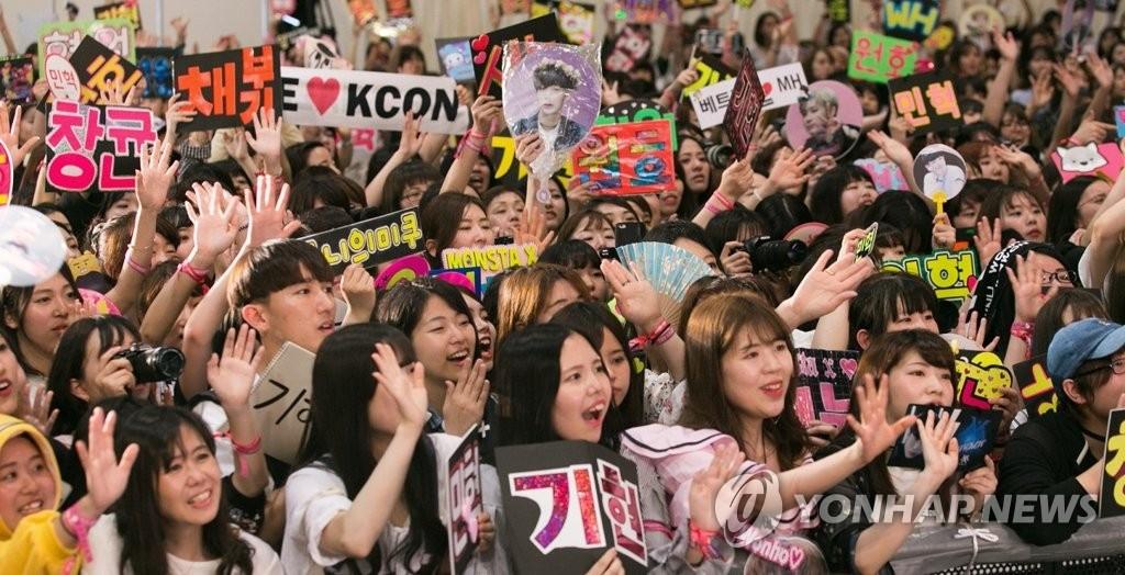 资料图片:2017年5月,在日本东京,日本韩流粉丝在CJ娱乐主办的KCON2017 JAPAN演唱会中为之疯狂。(韩联社/CJ娱乐提供)