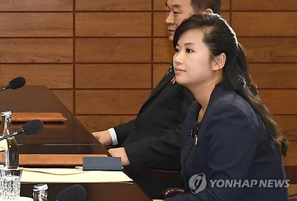 1月15日,在板门店朝方一侧的统一阁,韩朝举行派遣朝鲜艺术团参加平昌冬奥会的工作会议。图为朝鲜牡丹峰乐团团长玄松月(左一)。朝鲜于13日以牡丹峰乐团管弦乐团团长玄松月的名义发来艺术团名单。(韩联社/统一部提供)