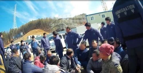 资料图片:非法居留外国人整治现场(法务部提供)
