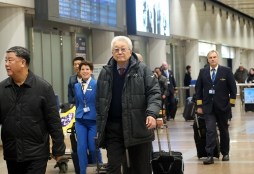 1月20日,朝鲜籍国际奥委会委员张雄飞抵北京。(韩联社)
