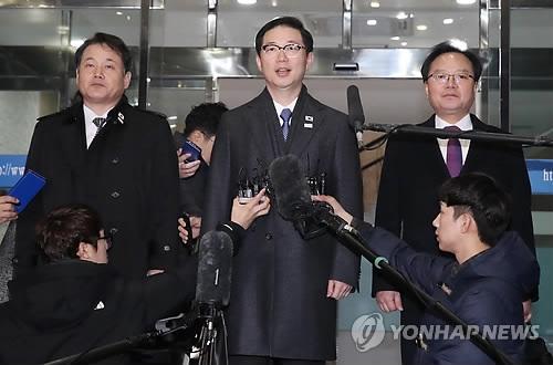 1月17日上午,在首尔南北会谈本部,即将率团北上韩朝边境与朝方谈判的千海成(中)答记者问。(韩联社)