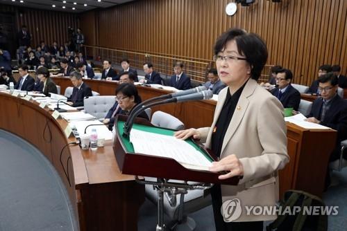 1月17日上午,在国会,金恩京汇报治霾工作。(韩联社)