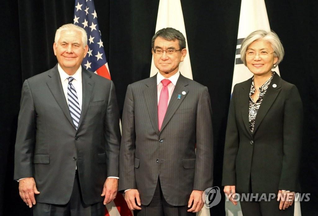 当地时间1月16日,韩国外长康京和(右)、美国国务卿雷克斯·蒂勒森(左)同日本外务大臣河野太郎在加拿大温哥华会议中心举行韩美日三国外长会谈前合影留念。(韩联社)
