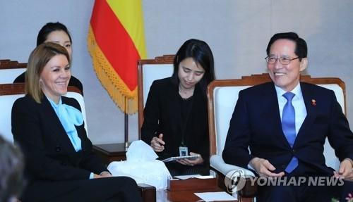 1月17日,在国防部大楼,防长宋永武(右)会见西班牙国防大臣玛丽亚·多洛雷丝·德科斯佩达尔·加西亚。(韩联社)