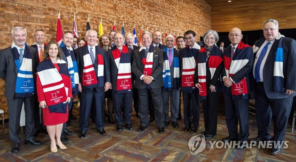 20国外长在温哥华外长会议结束后披上平昌冬奥会围巾合影留念。右三为韩国外长康京和、右四为日本外相河野太郎、前排左五为美国国务卿雷克斯·蒂勒森。(韩联社)