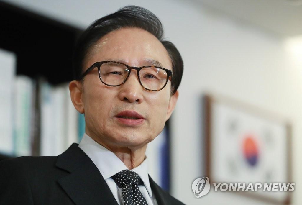 1月17日下午,在首尔江南区三成洞,前总统李明博就检察机关调查特殊活动费案发表立场。(韩联社)
