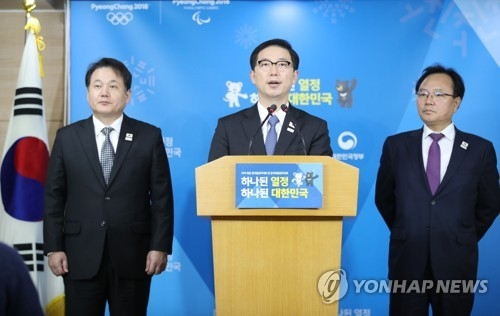 1月17日下午,在首尔市的韩国中央政府办公楼,谈判归来的千海成(中)公布韩朝联合新闻稿。(韩联社)