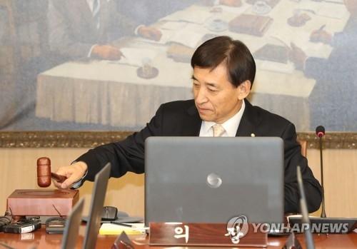 资料图片:1月18日,在位于首尔中区的韩国银行(央行)大楼,行长李柱烈主持召开会议。(韩联社)