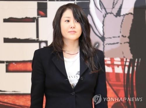 1月15日,在位于首尔木洞的SBS电视台大楼,演员高铉贞出席新剧《Return》发布会,并摆姿势供媒体拍照。(韩联社)