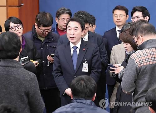 1月18日上午,在青瓦台,朴洙贤就李明博前日的声明开记者会并答问。(韩联社)