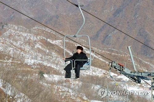 资料图片:金正恩参观朝鲜马息岭滑雪场。图片仅限韩国国内使用,严禁转载复制。(韩联社)