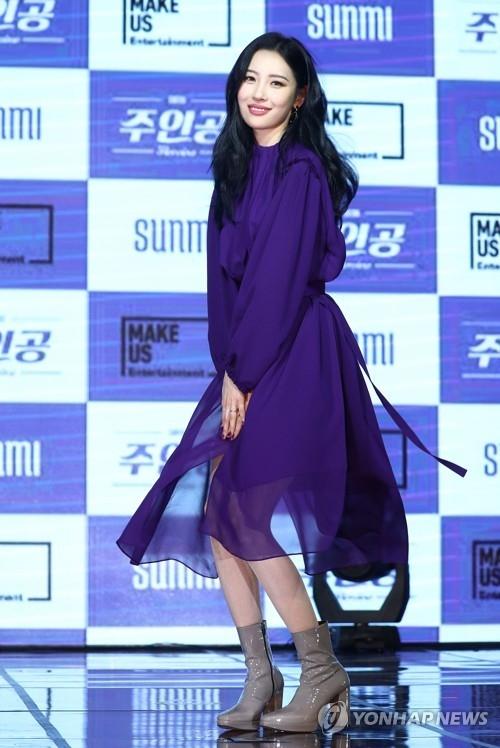 1月18日下午,在华美达首尔酒店,歌手宣美在第二张单曲专辑《Heroine》发布会上拍造型供记者拍照。(韩联社)