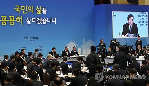 资料图片:1月18日,在政府世宗办公楼举行的政府工作报告会上,国务总理李洛渊发言。(韩联社)
