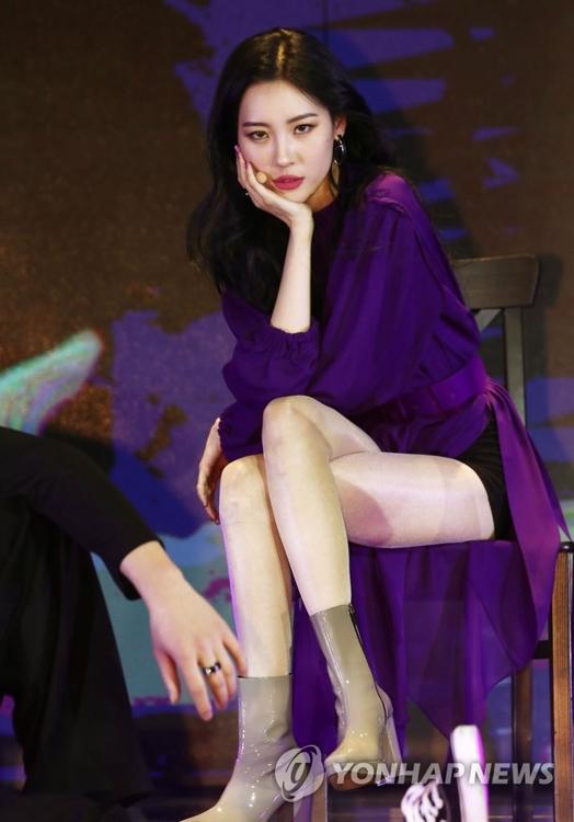 资料图片:1月18日下午,在华美达首尔酒店,宣美在第二张单曲辑《Heroine》发布会上演唱新歌。(韩联社)