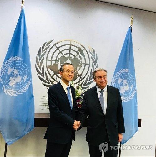 当地时间1月18日,在美国纽约联合国总部,韩国外交部第一次官(副部长)林圣男(左)同联合国秘书长安东尼奥·古特雷斯举行会晤前握手合影。(韩联社)