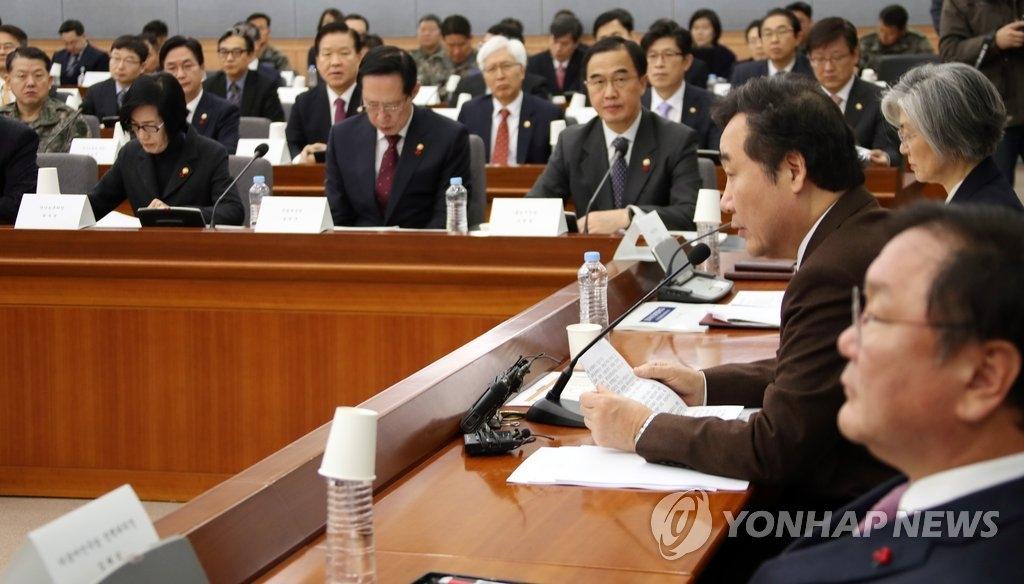 1月19日上午,在首尔政府大楼,国务总理李洛渊在政府工作报告会上发言。(韩联社)