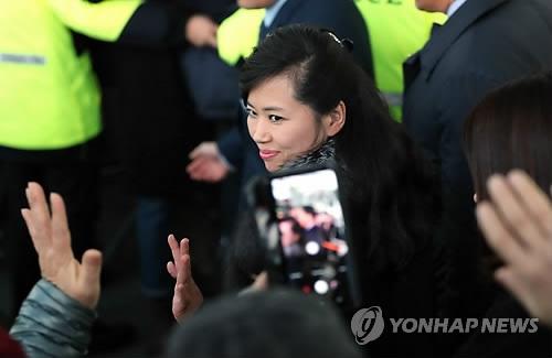 1月21日,在江陵火车站,率队访韩的朝鲜三池渊管弦乐团团长玄松月向韩国市民挥手。(韩联社)