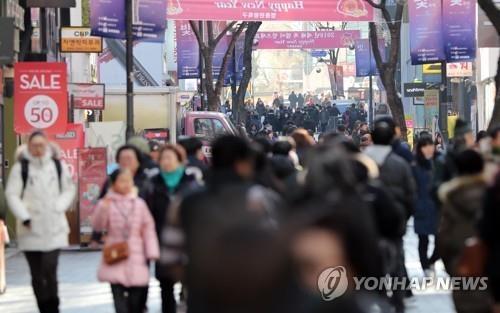资料图片:明洞街头,外国游客人头攒动。(韩联社)
