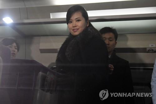 1月22日上午,在江原道江陵火车站,朝鲜三池渊管弦乐团团长玄松月率领的朝鲜艺术团先遣队乘上开往首尔的高铁。(韩联社/联合摄影采访团提供)