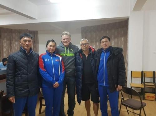 参加亚艇联训练营的韩朝赛艇队人员合影留念。(韩联社/大韩赛艇协会提供)