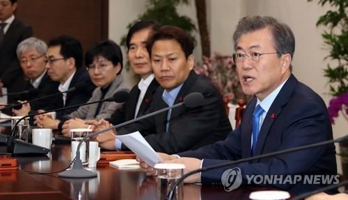 1月22日下午,在青瓦台,韩国总统文在寅(右一)主持召开青瓦台首席秘书和助理会议。(韩联社)