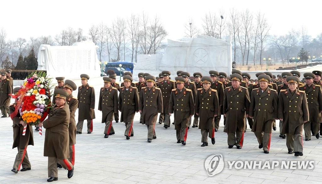 资料图片:2017年4月25日,在朝鲜,朝鲜人民军官兵、各阶层劳动人民、青少年学生们为纪念朝鲜建军69周年向金正日铜像献花。图片仅限韩国国内使用,严禁转载复制。(韩联社/朝中社)