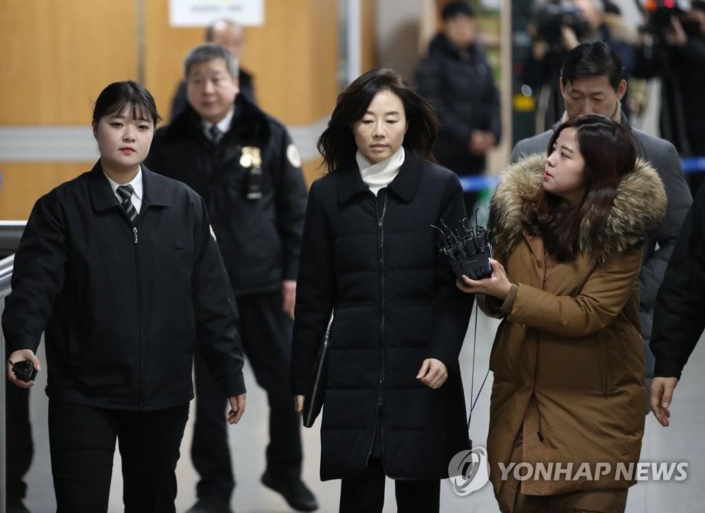 1月23日,在首尔高等法院,前文体部长赵允旋(中)出庭。(韩联社)