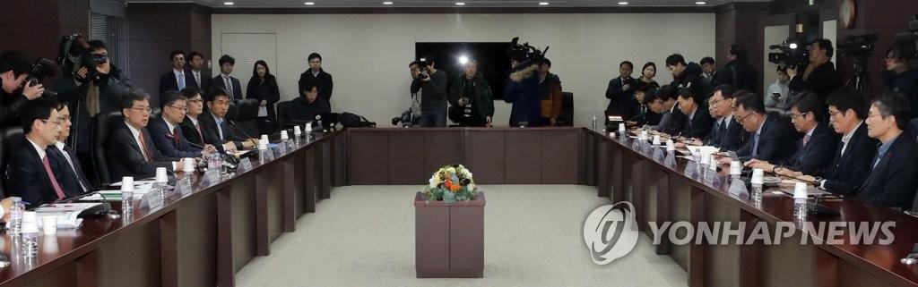 1月23日,在首尔贸易保险公社,韩国产业通商资源部通商交涉本部长金铉宗主持召开官民对策会议现场。(韩联社)