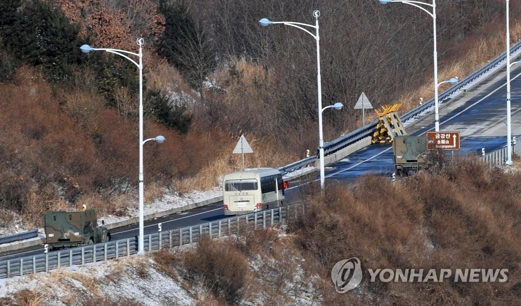 1月23日上午,韩方先遣队乘坐的巴士经由东海线陆路开往朝鲜金刚山。(韩联社)