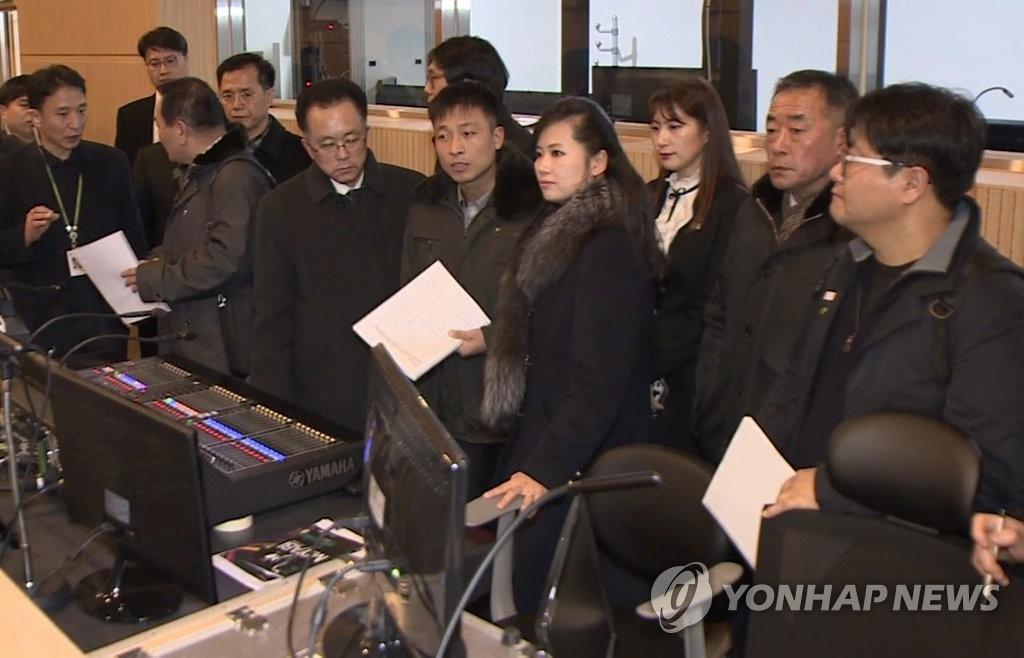 资料图片:1月21日,朝鲜三池渊管弦乐团团长玄松月率队查看江陵艺术中心的演出设施。(韩联社)