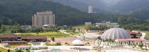 资料图片:2009年8月,在朝鲜金刚山地区温井阁一带,酒店、餐厅和免税店等的全景图。(韩联社)