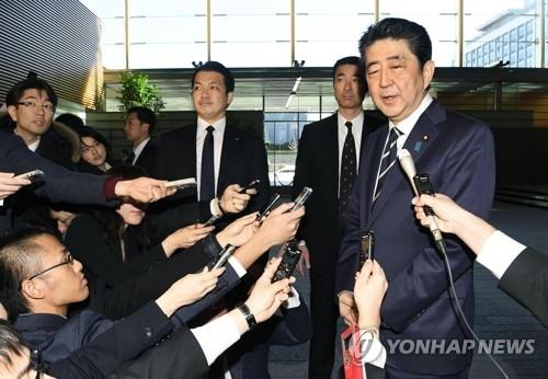 1月24日,在日本首相官邸,安倍晋三表明出席平昌冬奥开幕式并举行韩日首脑会谈的意愿。(韩联社)