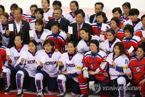 资料图片:2017年,在江陵举行的国际冰联女子冰球世锦赛乙级A组韩朝大战后,参赛队员合影留念。(韩联社)