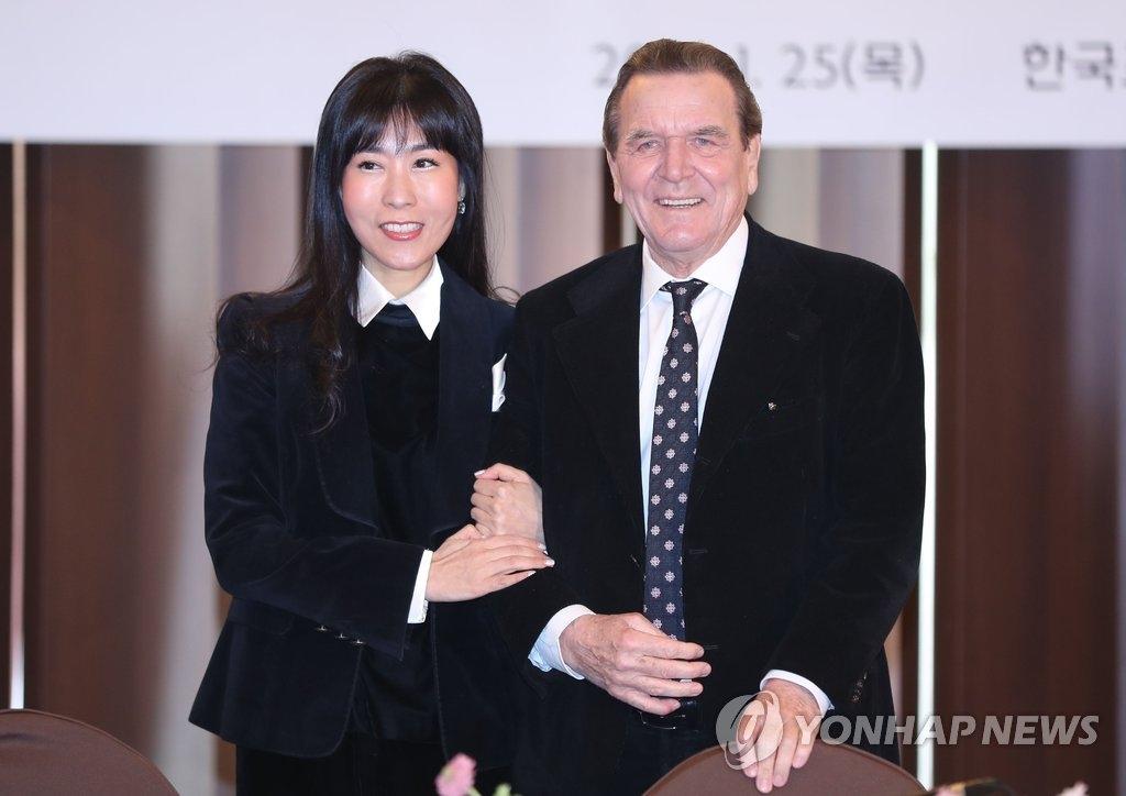 1月25日,在首尔韩国新闻中心,德国前总理施罗德(右)和韩国女友金素妍举行记者会。(韩联社)