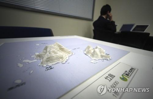 """图为在日本""""领土和主权展示馆""""上展出的独岛第三维地图。(韩联社/美联社)"""