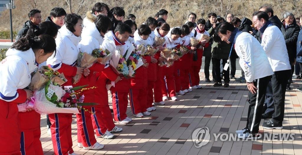 1月25日下午,在镇川国家代表选手村,朝鲜女子冰球代表团抵达,韩方为他们举行欢迎仪式,双方相互问候。(韩联社/联合摄影采访团)