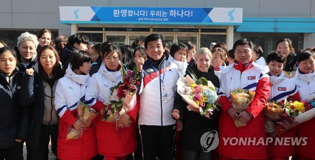 韩朝女子冰球代表团合影留念。(韩联社)