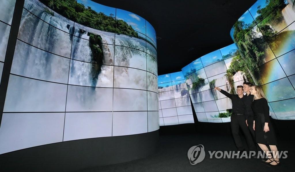 """资料图片:1月8日,2018年CES国际消费电子展在即,LG电子用246块OLED曲面屏打造""""峡谷""""。(韩联社)"""
