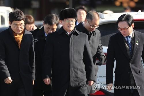1月25日上午,在韩国京畿道加平郡一处高速公路服务区,朝鲜冬奥代表团先遣队长尹勇福准备上车继续赶路。(韩联社)