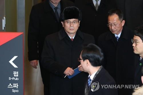 资料图片:图为25日访韩的朝鲜冬奥代表团先遣队在考察拉拉队下榻的酒店。(韩联社)