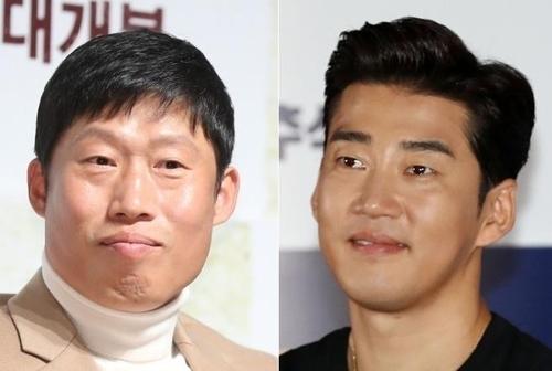演员刘海镇(左)和尹启相(韩联社)