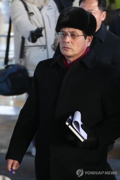 1月26日,在江原道平昌郡,朝鲜体育省副局长尹勇福率领先遣队考察假日酒店后前往乘车。(韩联社)