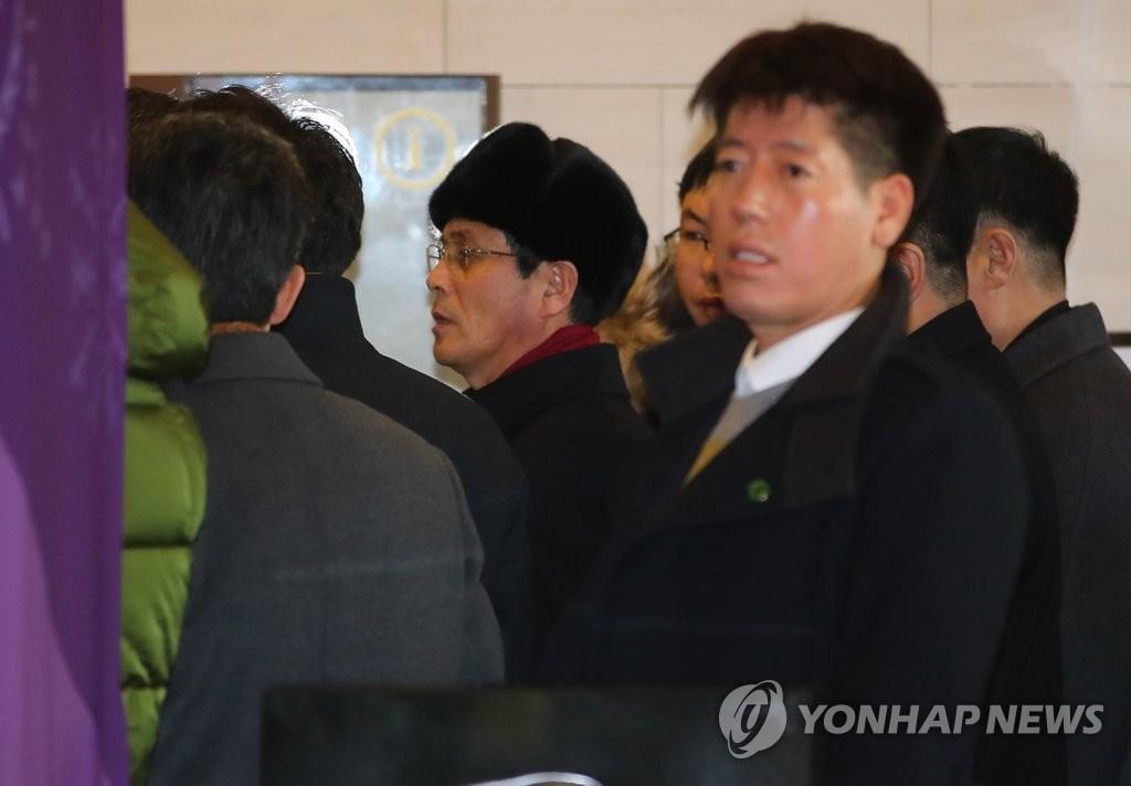 1月26日,在江原道平昌郡,朝鲜冬奥先遣队在考察朝鲜奥委会相关人士可能下榻的假日酒店。(韩联社)
