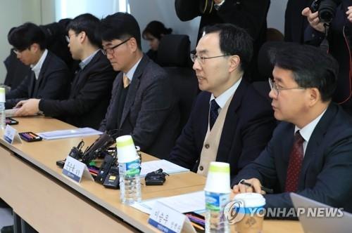 1月26日上午,在首尔市江南区的韩国技术中心,韩国产业通商资源部产业基盘室长文胜煜(右二)在美国洗衣机保障措施对策会议上发言。(韩联社)